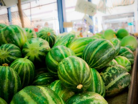 Italiaanse komkommers op de open markt op de greengrocer bankje Stockfoto