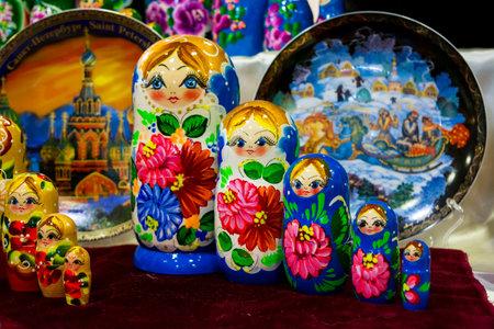 color matrioskas en la tienda de Rusia sobre fondo borroso Editorial