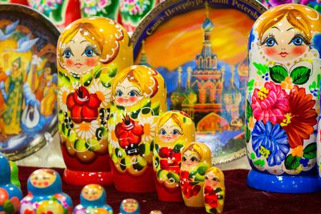 color matrioskas en la tienda de Rusia sobre fondo borroso Foto de archivo