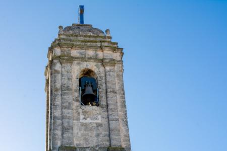 青空の背景にSSマリア・イマコラタ教会のベルタワーのクローズアップ.イタリア南部レポラノ