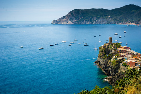 Horizontal View of the Town of Vernazza on blue Sea and the Coastline of the Liguria Background. Italian National Park of the Cinque Terre 版權商用圖片