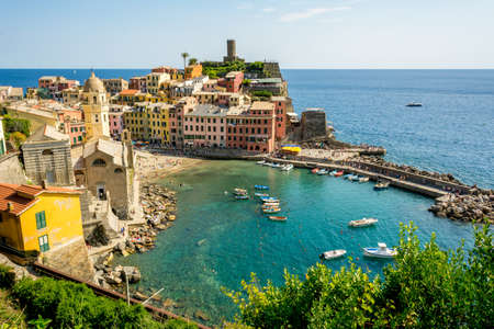 Horizontal View of the Coloured Town of Vernazza and its ittle Bay. Italy, National Park of the Cinque Terre 版權商用圖片