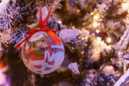 Christmas Decorations on a Christmas Tree on Blurred Background 版權商用圖片 - 136015747