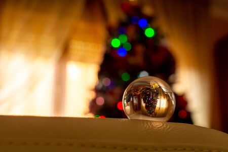 Christmas Tree Shape reflected in a Glass Sphere on Blurred Background 版權商用圖片 - 136015758
