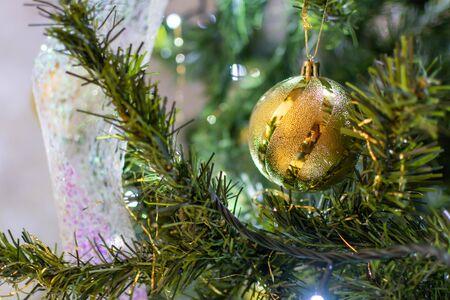Christmas Decorations on a Christmas Tree on Blurred Background 版權商用圖片 - 136015846