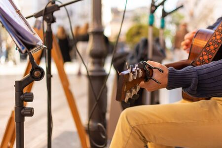 Musician that Plays Guitar in a Street on Blurred Background 版權商用圖片
