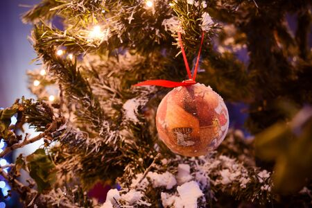 Christmas Decorations on a Christmas Tree on Blurred Background 版權商用圖片 - 136015675