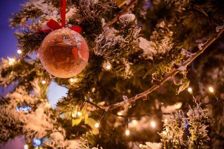 Christmas Decorations on a Christmas Tree on Blurred Background 版權商用圖片 - 136015710