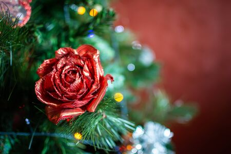 Christmas Decorations on Christmas Tree on Blurred Background in Italy 版權商用圖片 - 137728754