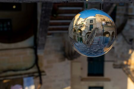 Close Up a Courtyard in the Middle of the Sassi di Matera in Italy on blurred Bagkround 版權商用圖片 - 137741446
