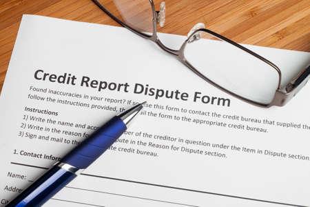 informe: Puntuación disputa informe de crédito en un escritorio Foto de archivo