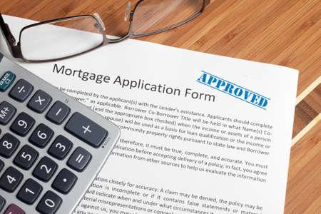 Een huis sleutel zit op hypotheek aanvraag.