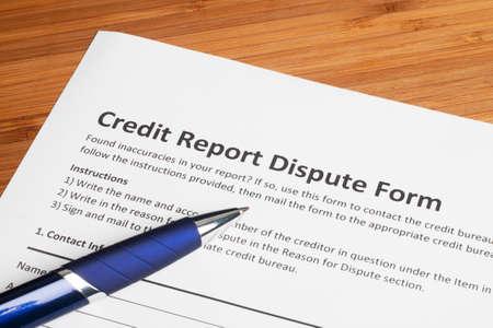 Credit verslag geschil score op een bureau Stockfoto