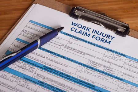 obreros: Formulario de reclamación por una lesión en el trabajo sobre un escritorio