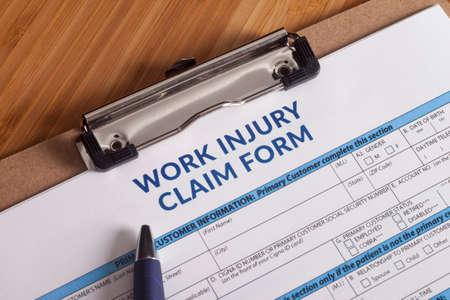 trabajo social: Formulario de reclamación por una lesión en el trabajo sobre un escritorio