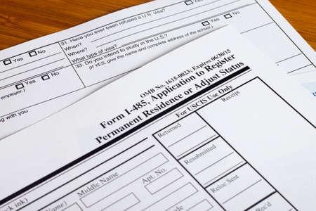 Vorm permanente Amerikaanse verblijfsvergunning, iemand het invullen van aanvraagformulier