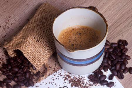 planta de frijol: taza de café y una bolsa de granos de café de cerca