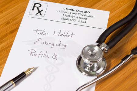 Prescription prendre un comprimé tous les jours, un stylo et un stéthoscope sur un bureau médical Banque d'images