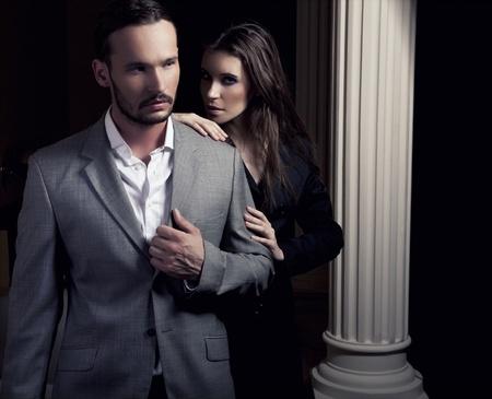 Portrait du couple romantique toucher mutuellement