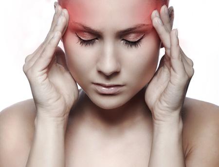 dolor de cabeza: Mujer que tiene una crisis de migra�a