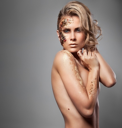 Photo de style Vogue d'une femme blonde avec maquillage color�