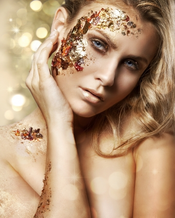 maquillaje de fantasia: Retrato de estilo Vogue de una mujer con maquillaje oro