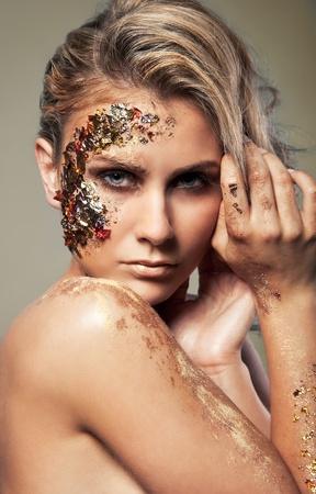 maquillaje fantasia: Retrato de una mujer con maquillaje oro  Foto de archivo