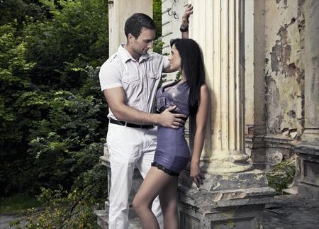 romantische foto van een paar knuffelen