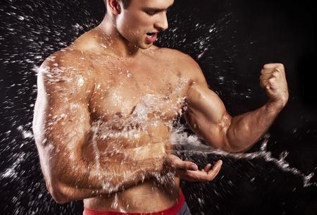 homme muscl� ayant une douche Banque d'images