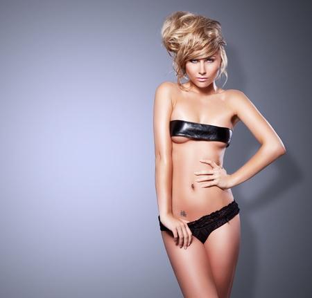 Superbe photo de style de la mode de la femme belle blonde