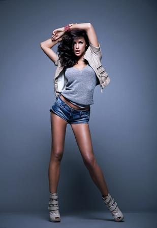 photo de style de la mode de la jeune femme en studio Banque d'images