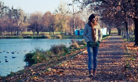 Jeune femme mince marchant dans le parc