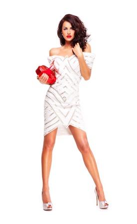 celebration: Splendida donna bruna con un regalo