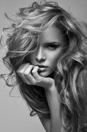 noir et blanc portrait de style vogue de femme blonde d�licate
