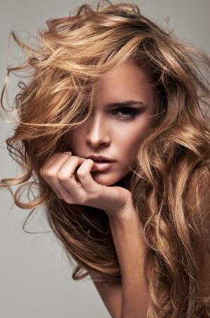 portrait de style vogue de femme blonde d�licate