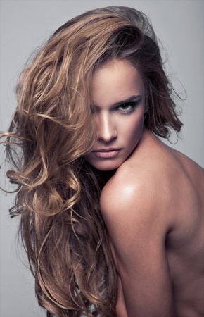 Portrait d'une jeune beaut� au visage expressif sensuelle