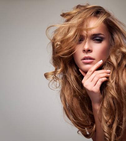 Portrait de femme blonde délicate, avec copie espace