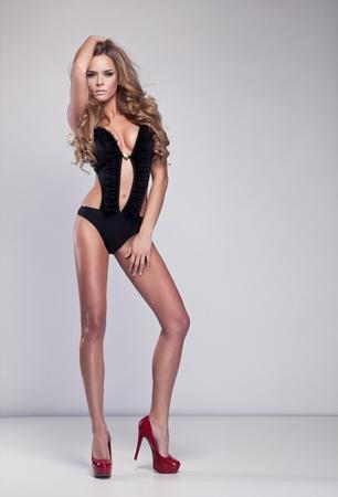 modellini: Ritratto di una bella donna delicata su sfondo grigio