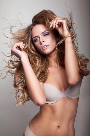Belle femme d�licate avec de longs cheveux en mouvement