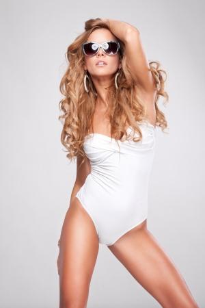 Femme sexy en maillot de bain avec des lunettes de soleil
