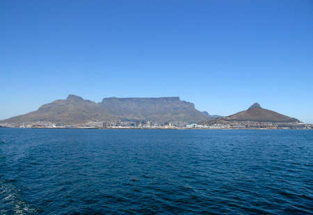 robben island: Full view of Table Mountain from boat to Robben Island, Cape Town, South Africa