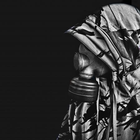 gasmask: uomo con la maschera antigas da parte