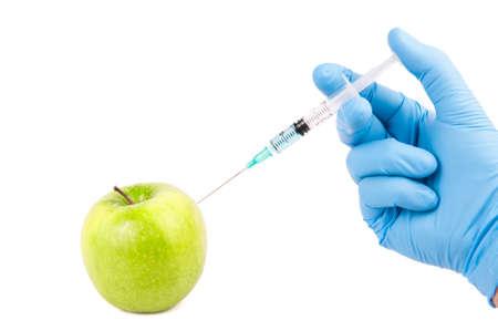 manzana verde: la inyección de la modificación genética en una manzana verde