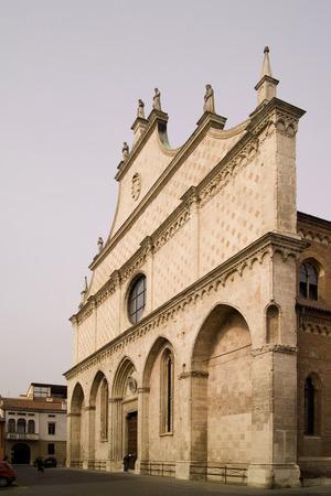 イタリアのヴェネト州にある大きなバラの窓のあるヴィチェンツァの大聖堂 写真素材