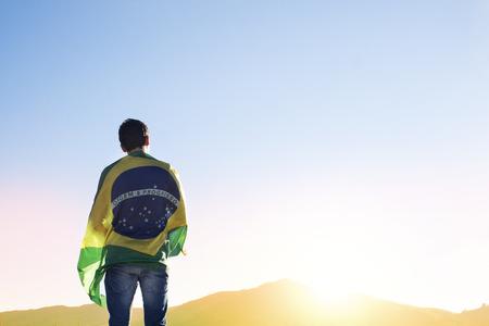 les hommes avec le drapeau brésilien Banque d'images
