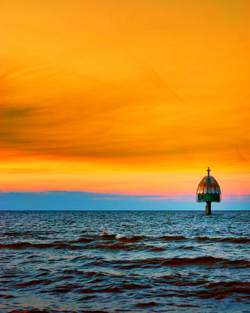 Dive gondola in the Baltic Sea with orange sunset in the background. Standard-Bild - 114117535