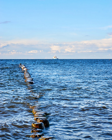 Seagulls are sitting on a groyne in the Baltic Sea. Mecklenburg-Vorpommern Standard-Bild - 115630445