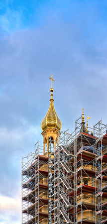 Scaffolding with beautiful golden spire. Imagens