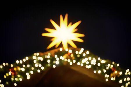 Unscharfe runde helle Linseneffekte von einem brillanten Weihnachtsstern. Als Weihnachtsdekoration. Standard-Bild