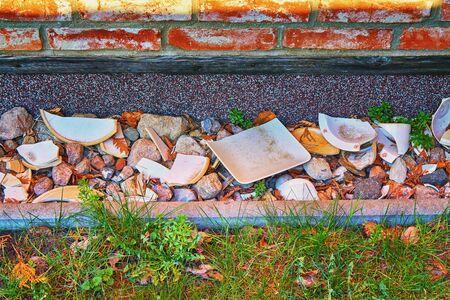 Decorative ceramic shards on a brick house wall. 版權商用圖片